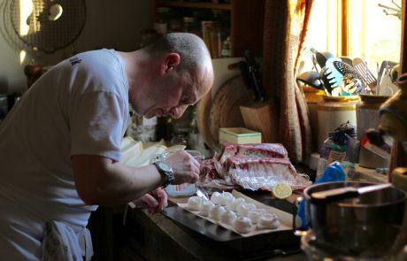 מסימני הקורונה: מגמת עלייה בפציעות של גברים במטבח