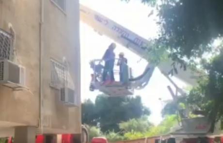 לוחמי האש מנעו מאדם לקפוץ מחלון ביתו שבקומה הרביעית