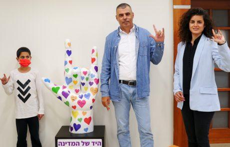 """ראש העיר כפר סבא חתם על """"היד של המדינה"""" במסגרת מיזם ייחודי של עמותת """"מעגלי שמע"""""""
